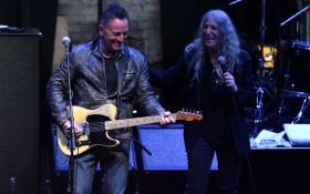 Bruce Springsteen, Patti Smith e Michael Stipe sul palco insieme a New York. Guarda le foto e il video