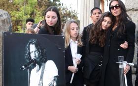 Chris Cornell: le foto della veglia organizzata dalla moglie Vicky a un anno dalla sua scomparsa