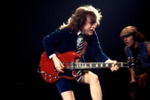 AC/DC, ecco perché Angus Young ha scelto di suonare per sempre una Gibson SG: