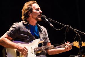 Eddie Vedder pubblica a sorpresa Long Way, il singolo tratto dal nuovo album di inediti Earthling. Ascoltalo QUI