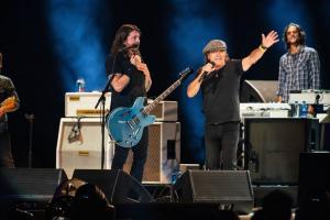 A Los Angels sul palco per beneficenza Foo Fighters, Brian Johnson degli AC/DC e Eddie Vedder. Guarda le foto!