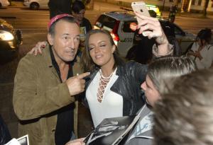 Bruce Springsteen: le foto in strada con i fan svedesi