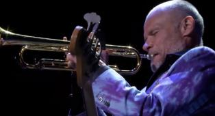 Flea: i quindici epici minuti di assolo al basso e alla tromba durante un concerto a San Francisco. Guarda il video