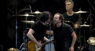 Pearl Jam - Rockin' in the Free World (live with Jack White)