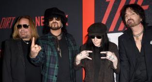"""Mötley Crüe, Nikki Sixx: """"Spendevo più di 1000 dollari al giorno in droghe, è stata dura vederlo nel film"""". Tutti gli eccessi della band"""