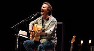 Eddie Vedder ha suonato dal vivo un nuovo brano inedito, I'll Be Waiting. Ascoltalo qui