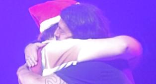 Foo Fighters, Dave Grohl si scola una birra alla goccia in 7 secondi con un fan vestito da Babbo Natale! Guarda il video