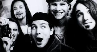 Pearl Jam, 30 anni fa la band saliva per la priva volta sul palco. La storia di quell'incredibile serata e il concerto integrale
