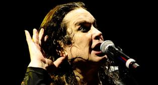 Ozzy Osbourne sta meglio, ora respira in autonomia. Il comunicato della moglie Sharon