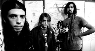 Quella volta che i Nirvana giocarono a calcetto con un gruppo di spogliarelliste