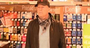 Bruce Willis è stato allontanato da una farmacia di Los Angeles rifiutandosi di indossare la mascherina. Guarda la foto