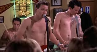 Il cameo dei Blink-182 (nudi) nella serie tv Due ragazzi e una ragazza con Ryan Reynolds! Guarda il video