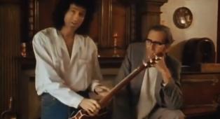 Queen, Brian May e suo padre raccontano la costruzione della Red Special in uno storico video d'annata. Guardalo qui