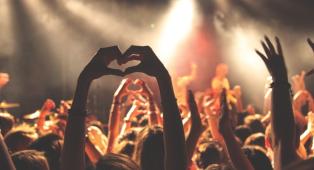 La musica che ascoltiamo suscita almeno 13 emozioni fondamentali. Lo dice la scienza