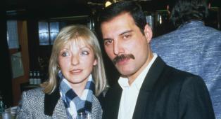 Queen, come iniziò e finì la relazione tra Freddie Mercury e Mary Austin? Non come raccontato in Bohemian Rhapsody