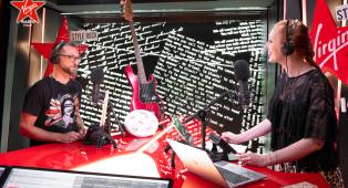 Foo Fighters, la consegna del basso autografato di Nate Mendel e delle memorabilia della band durante Personal Giulia