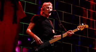 Roger Waters pubblica Another Brick In The Wall in versione integrale dal film Us + Them. Guardalo qui