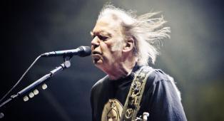 """Neil Young: """"Mi è stata negata la cittadinanza americana perché faccio uso di marijuana"""""""