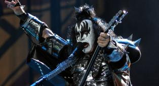 """Kiss, Gene Simmons vola a Los Angeles per sottoporsi a un intervento: """"Nulla di grave, ci vediamo presto"""""""