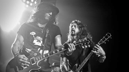 Guns N' Roses: Dave Grohl sul palco assieme alla band di Axl e Slash per Paradise City! Guarda le foto e i video