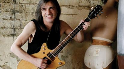 Addio Malcolm Young: è morto il chitarrista degli AC/DC dopo tre anni di battaglia contro un male incurabile. Ecco le sue foto più belle con la band!