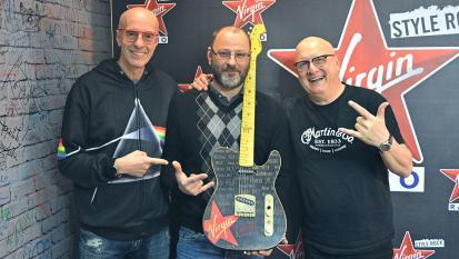 Fabrizio Paoletti ospite a Virgin Radio. La chitarra fatta a mano dedicata alla radio! L'unboxing con Dr. Feelgood e Mr. Cotto