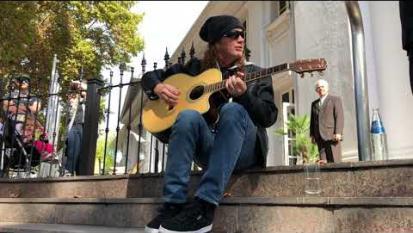 Megadeth: Dave Mustaine improvvisa un set in acustico per i fan davanti al suo hotel in Argentina . Guarda il video