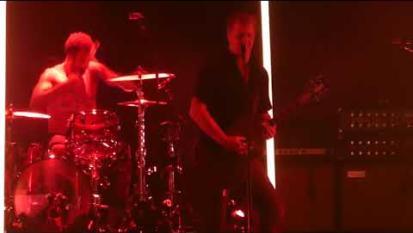 Rissa al concerto dei Queens of the Stone Age: Josh Homme si ferma e rimprovera i coinvolti. Guarda il video