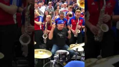 Chad Smith dei Red Hot Chili Peppers ha suonato con una band liceale. Guarda il video