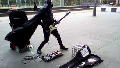 Star Wars: Darth Vader suona i Rage Against The Machine per raccogliere fondi e ricostruire la Morte Nera! Guarda il video