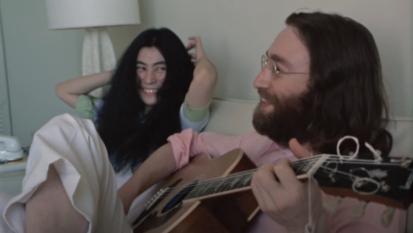 """John Lennon e Yoko Ono, pubblicato un video inedito in altissima definizione mentre provano """"Give Peace a Chance"""". Guardalo qui"""