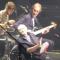 Il ritorno sul palco dei Genesis. Ecco com'è andato il primo concerto per Phil Collins (con il figlio Nic alla batteria). Guarda i video