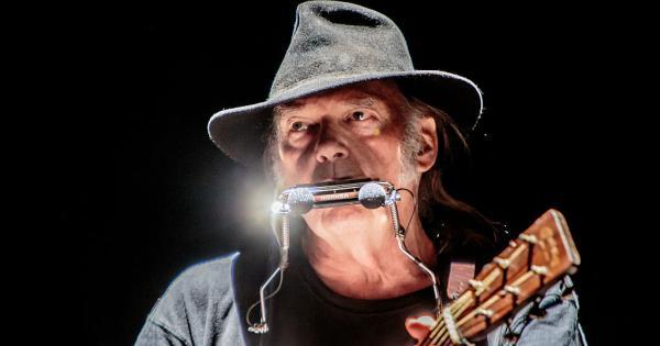 """Neil Young abbandona Facebook per questioni politiche: """"Diffonde ..."""