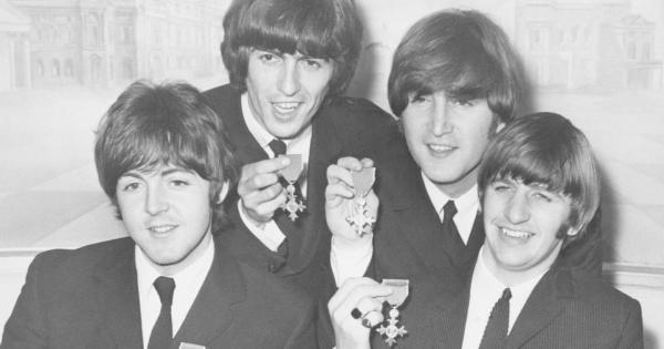 I Beatles nel 1965 fumarono davvero marijuana a Buckingham Palace?