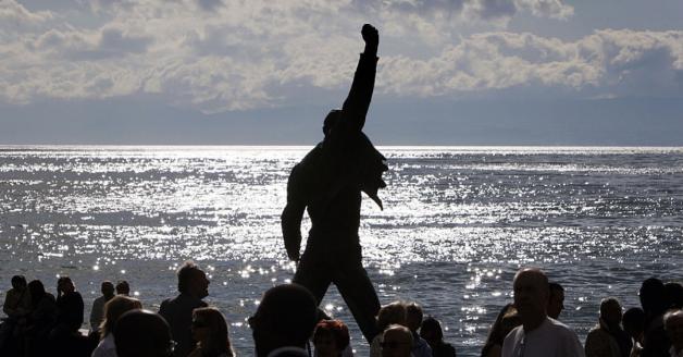 Freddie Mercury: la leggendaria statua sul Lago di Ginevra è stata vandalizzata con la vernice. Guarda le foto