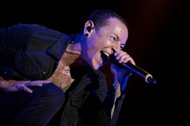 I Coldplay hanno suonato 'Crawling' per ricordare Chester Bennington