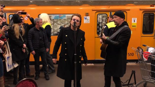 Berlino, Bono e The Edge cantano in metropolitana