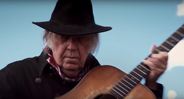 Neil Young fuorilegge nelle foreste. In