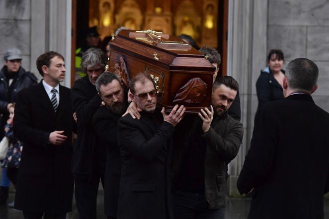 Dolores O'Riordan: centinaia di fan rendono omaggio alla camera ardente a Limerick. Guarda le foto