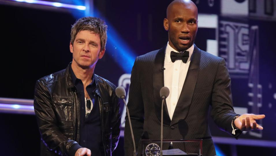 Noel Gallagher: sul palco del FIFA World Player con Didier Drogba per premiare Mo Salah. Guarda le foto e il video