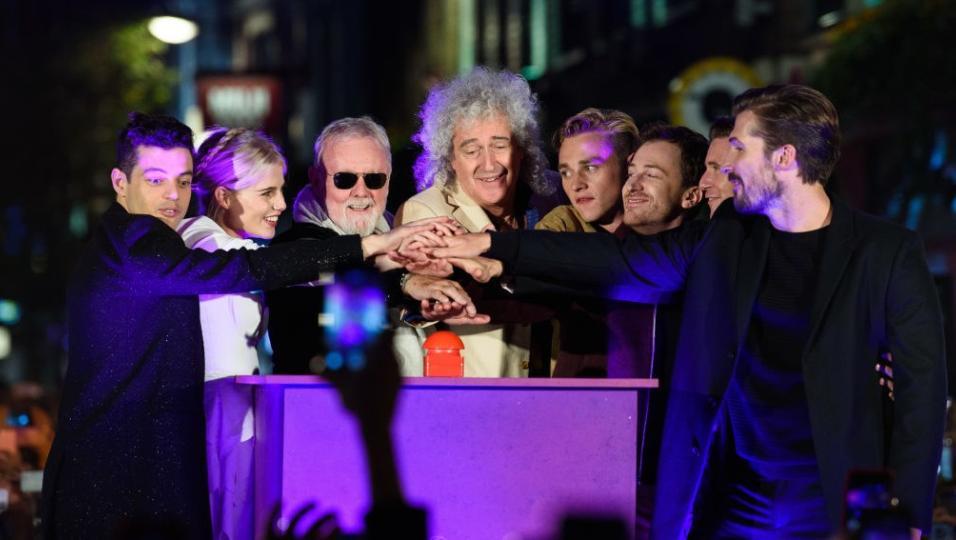 Queen: l'accensione di Carnaby Street in tema Bohemian Rhapsody. Guarda le foto con la band e il cast a Londra
