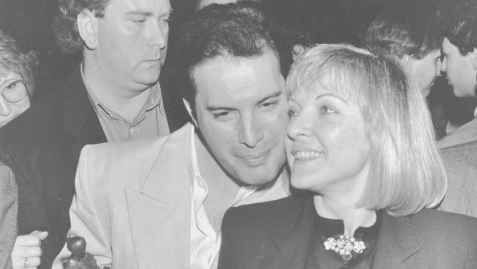 """Freddie Mercury e Mary Austin: scopri chi è """"l'amore della vita"""" della leggenda dei Queen"""