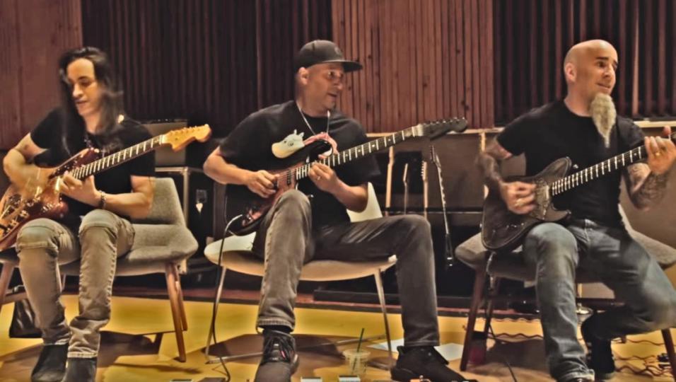 Game Of Thrones: Tom Morello e Scott Ian suonano la sigla della serie con le chitarre customizzate a tema! Guarda il video