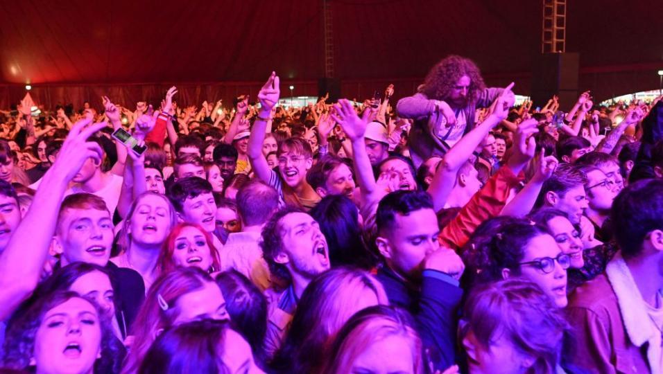 In Inghilterra un concerto/test con 5000 persone con tampone negativo e senza mascherina. Guarda le foto