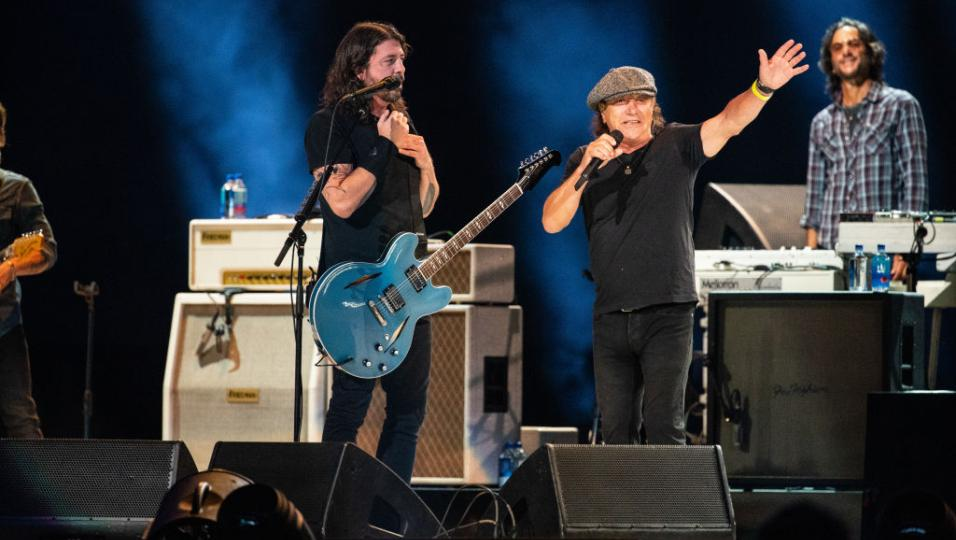 A Los Angels sul palco per beneficenza Foo Fighters, Brian Johnson degli AC/DC e Eddie Vedder. Guarda le foto!