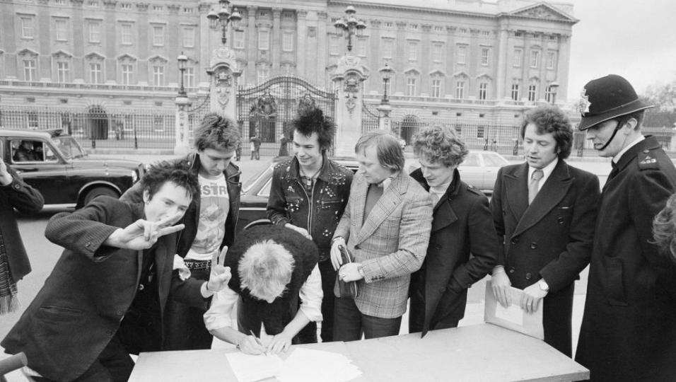 Sex Pistols: le foto della firma del contratto con la A&M Records fuori Buckingham Palace