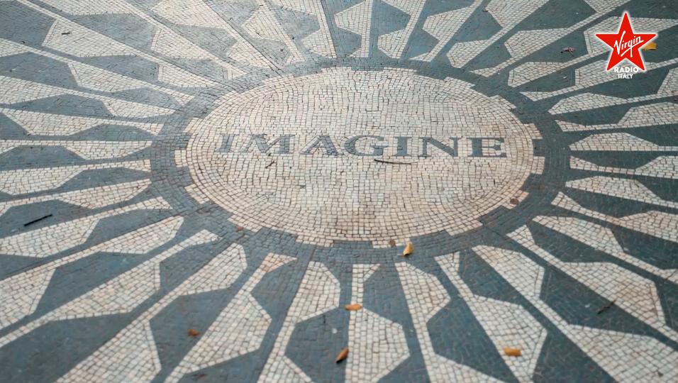 John Lennon, l'omaggio di Virgin Radio al Dakota Building di New York. Con Paola Maugeri