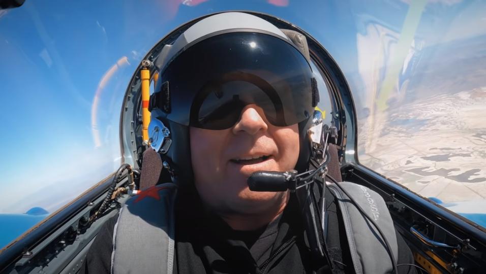 """The Offspring, Dexter Holland come Top Gun: insegna a pilotare un jet russo per la rubrica """"Come Si Fa"""". Guarda il video"""