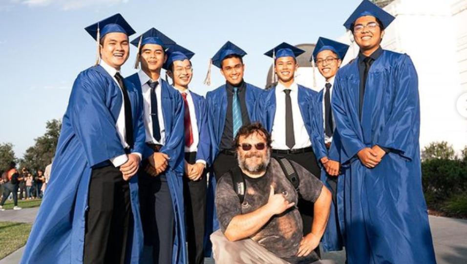 Jack Black si presenta a sorpresa alla consegna dei diplomi di un liceo per comparire nelle foto di classe. Guarda i video