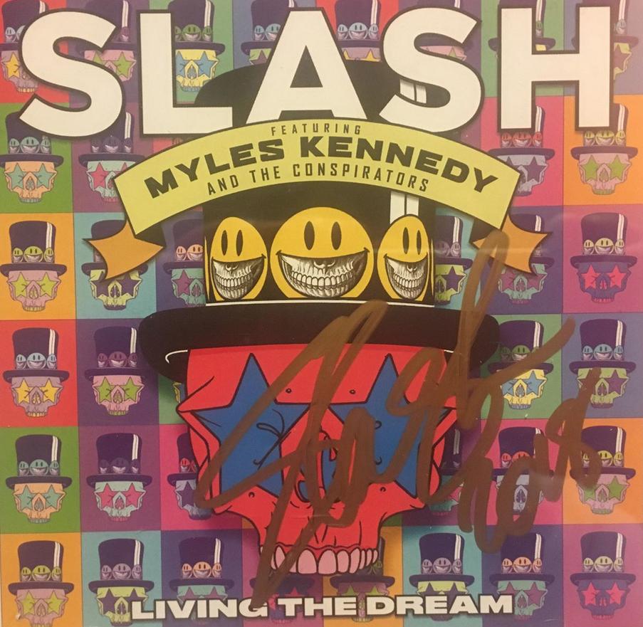 a1cff6d23bf830 ... mette in palio cinque copie del cd Living The Dream autografato, solo  per noi, da Slash. Un'occasione imperdibile per avere un oggetto da  collezione.